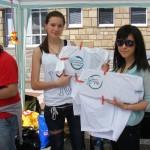 Бояна и Ивет рисуват логото на тридневния еко-фестивал на тениски