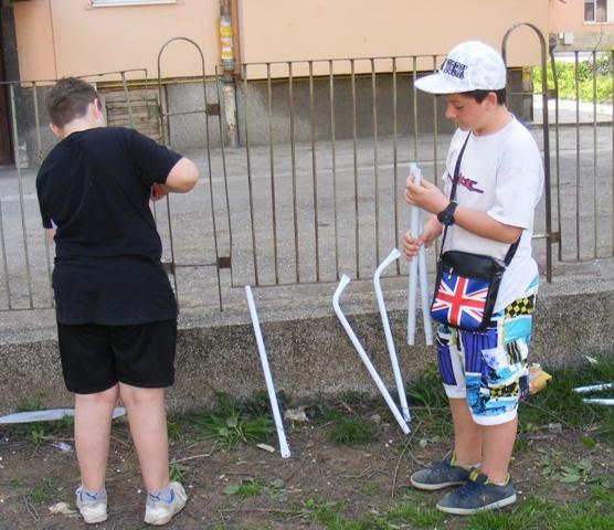 момчетата се оказаха завидно сръчни и бързо се ориентираха в схемата за сглобяване на вратичките за мини футбол.